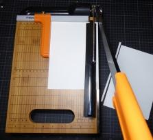 Die Blattgröße anhand der Buchdeckel ausmessen und mit der Schneidemaschine zuschneiden.