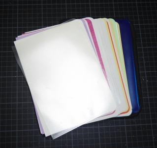 Bunte Blätter mit gerundeten Ecken. Vorne (durchsichtig) und hinten (blau) im Buch ist jeweils eine Aktenfolie für kleine Zettelchen, Fotos, etc.
